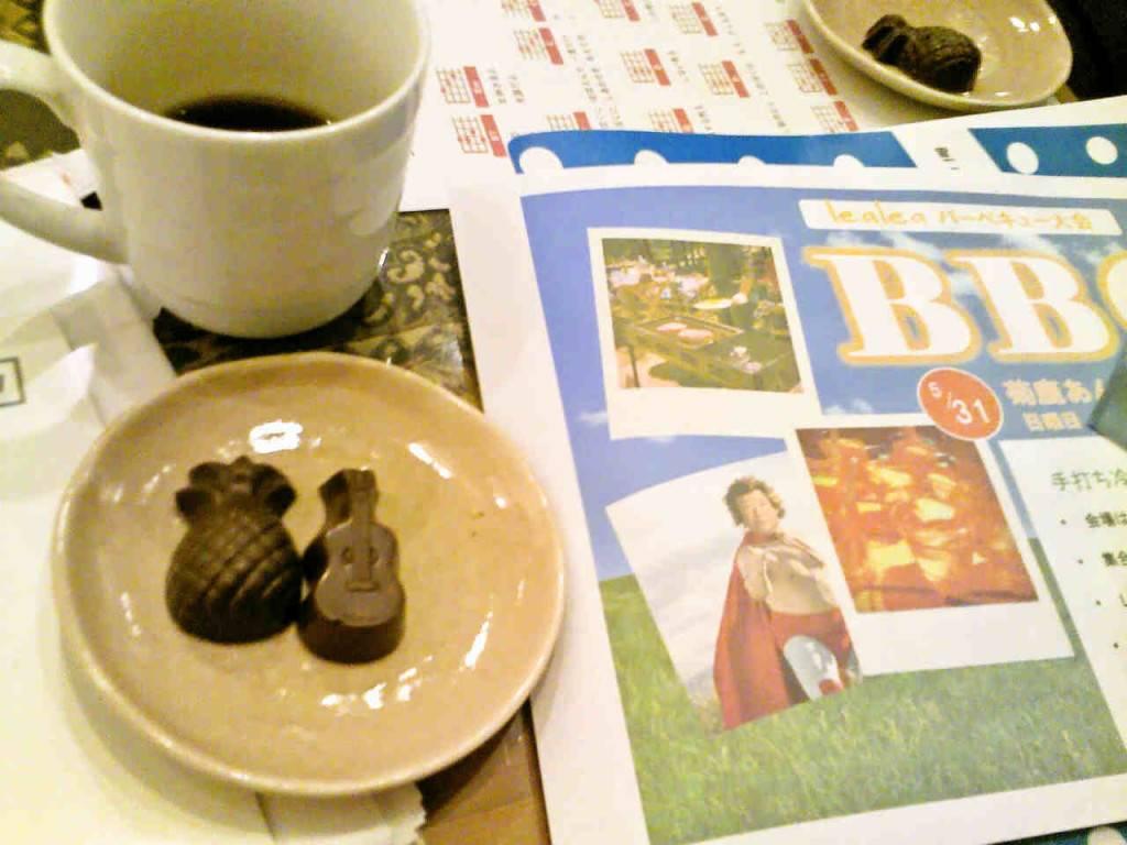 ウクレレとパインの形をしたチョコレート
